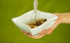 Porcja płatków pełnoziarnistych z migdałami i płatkami w mlecznej czekoladzie