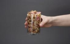 Szklanka pełnoziarnistych płatków z owocami truskawka, malina, wiśnia (nowa wersja)