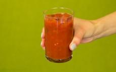 Szklanka krojonych pomidorów z bazylią