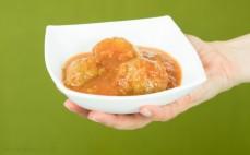Porcja pulpetów wegetariańskich w sosie pomidorowym