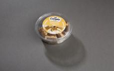 Pumpernikiel przekładany masą z sera twarogowego i tartego sera Gouda