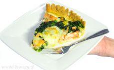 Porcja jaglanego quiche z łososiem, szpinakiem i cukinią