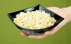 Porcja brązowego ryżu bez gotowania po przyrządzeniu