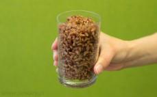 Szklanka ugotowanego, pełnoziarnistego czerwonego ryżu