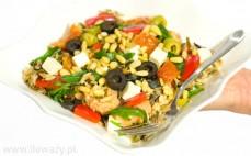 Porcja sałatki z dzikim ryżem, łososiem, fetą i oliwkami