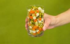 Szklanka tradycyjnej sałatki jarzynowej Bonduelle