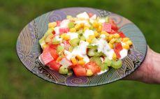 Porcja sałatki z surimi i kukurydzą