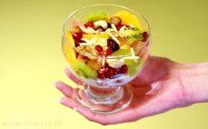 Porcja sałatki owocowej z bakaliami i jogurtem