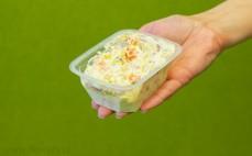 Porcja sałatki warzywnej z brokułami, marchewką, kukurydzą i jajkiem