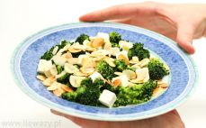 Sałatka z brokułem, fetą i migdałami
