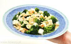 Porcja sałatki z brokułem, fetą i migdałami