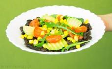 Porcja sałatki z czarną fasolą