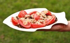 Porcja sałatki z tuńczykiem i dzikim ryżem
