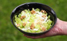 Porcja sałatki z selerem naciowym, jabłkiem i orzechami
