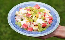 Porcja sałatki z selerem naciowym i surimi