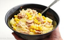 Porcja sałatki z tuńczykiem i ananasem