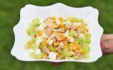 Porcja sałatki z tuńczykiem i selerem naciowym