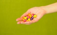 Garść cukierków Skittles Crazy Sours