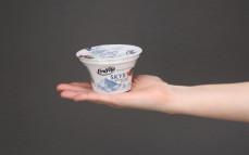 Porcja jogurtu islandzkiego skyr, czerwona-czarna porzeczka