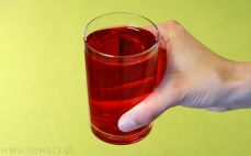 Szklanka rozrobionego syropu o smaku malinowym
