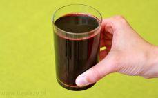 Szklanka nektaru z czarnych porzeczek