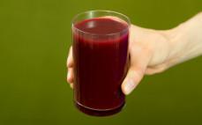 Szklanka kiszonego soku wielowarzywnego