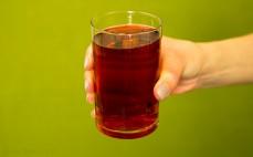 Szklanka soku z brzozy z dziką różą