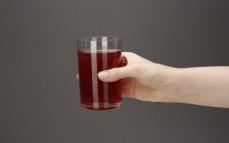 Szklanka soku z brzozy i żurawiny