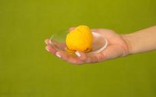 Gałka pomarańczowych lodów sorbetowych
