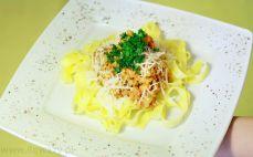 Porcja sosu Bolognese z makaronem tagliatelle