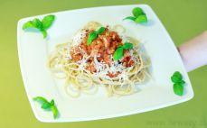 Porcja spaghetti pełnoziarnistego z mięsem drobiowym