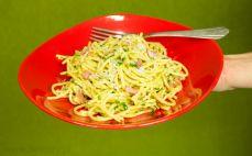 Porcja spaghetti alla carbonara