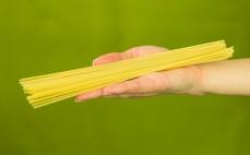 Porcja niskowęglowodanowego makaronu spaghetti z dodatkiem psyllium