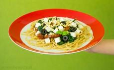 Porcja pełnoziarnistego spaghetti ze szpinakiem i serem feta