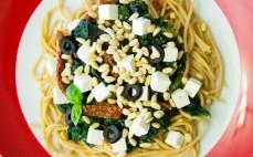 Pełnoziarniste spaghetti ze szpinakiem i serem feta