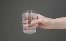 Szklanka napoju gazowanego o smaku mięty