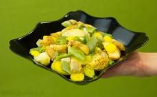 Porcja mieszanki warzywnej z kurczakiem i sosem ugotowanej na parze w kuchence mikrofalowej
