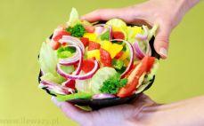 Surówka z sałatą lodową i warzywami