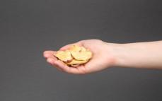 Garść chipsów z jabłka z sokiem z ananasa