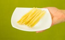 Porcja białych szparagów konserwowych