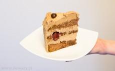 Kawałek tortu kawowego z wiśniami
