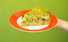 Kawałek tortu warzywnego z fasolą adzuki i kaszą jaglaną