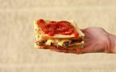 Tost z szynką i pieczarkami