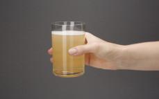 Szklanka bezalkoholowego napoju piwnego Radler o smaku jabłka z miętą