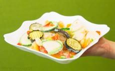 Porcja mrożonych warzyw na patelnię z grillowanym bakłażanem