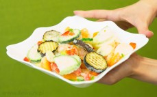 Mrożone warzywa na patelnię w grillowanym bakłażanem