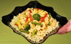 Porcja krewetek z warzywami i ryżem