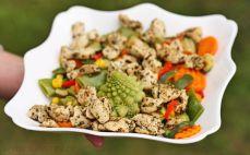 Porcja usmażonych warzyw z kurczakiem