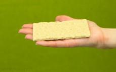 Kromka chrupkiego pieczywa pszennego graham