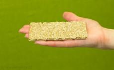 Kromka pieczywa z pełnoziarnistej mąki żytniej z nasionami sezamu